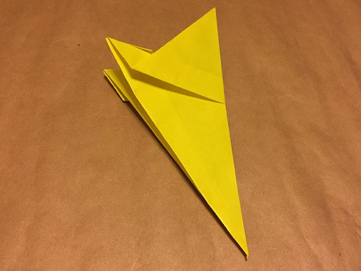 折り返した折り紙を裏返して縦半分に折った写真