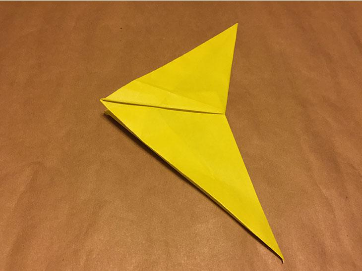月のシルエットに近づいた折り紙の写真