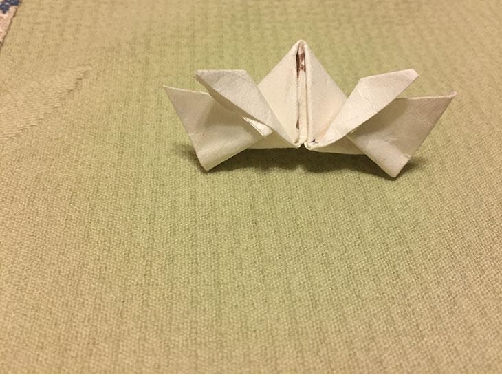 完成した箸袋で折った小さなかぶとの写真