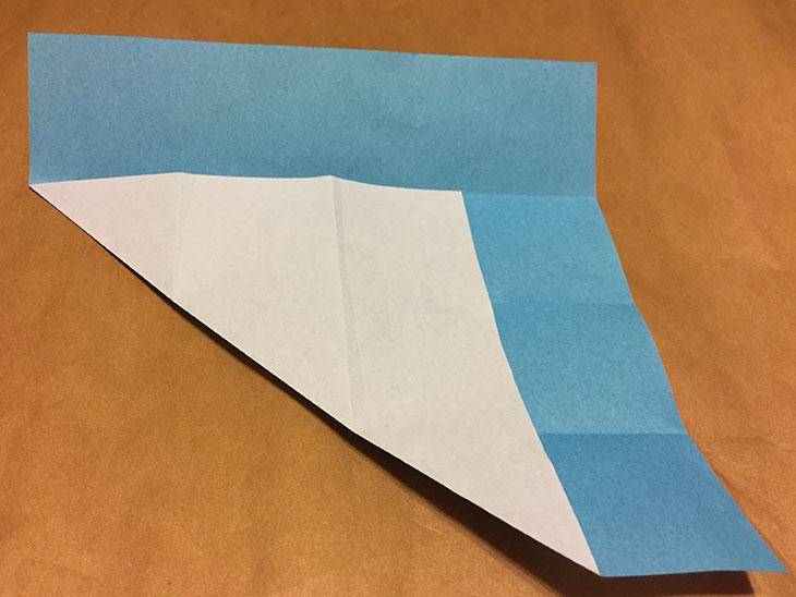 左下の角を一番上の折り目に合わせて折った折り紙の写真