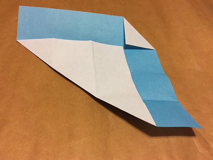 さらに右上の角を一番上の折り目に合わせて折った折り紙の写真