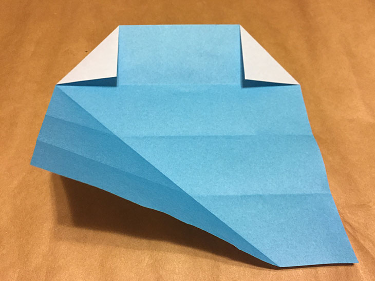 下の三角に折られた部分を元に戻した折り紙の写真