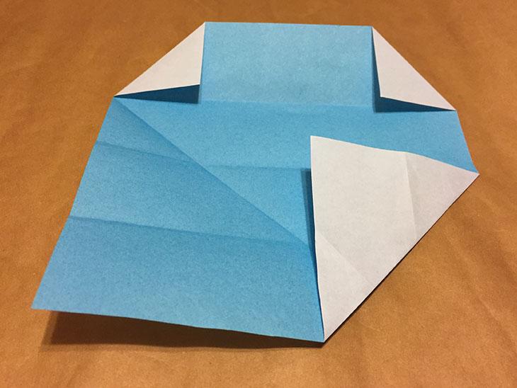 右下の角を一番上の折り目に合わせて折った折り紙の写真