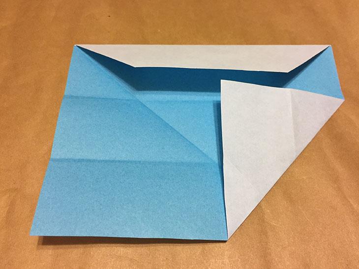 折り紙の上の辺を真ん中の折り目に折った写真