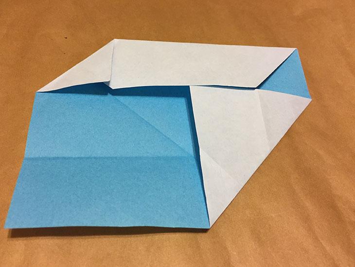 さらに折り紙の左上の角を真ん中の折り目に折ったの写真