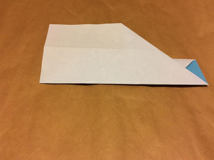 さらに折り紙の下の辺を真ん中の折り目で折りあげた写真