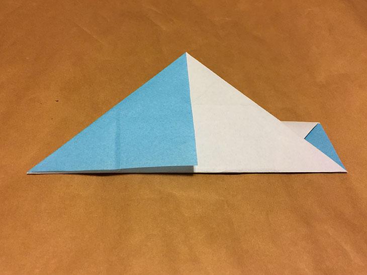 さらに左上の角を中心に折り返した折り紙の写真