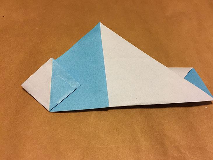 左端の三角を開いた折り紙の写真