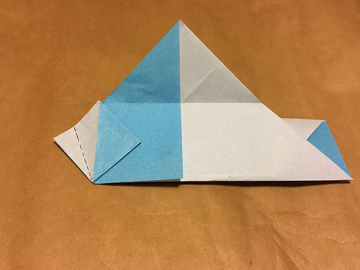左端の折り目に点線がついた折り紙の写真