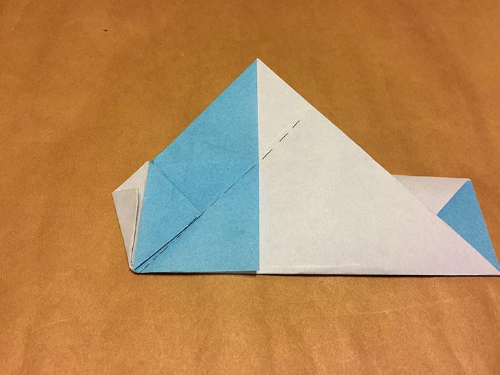 左側の折り目を点線で折った折り紙の写真
