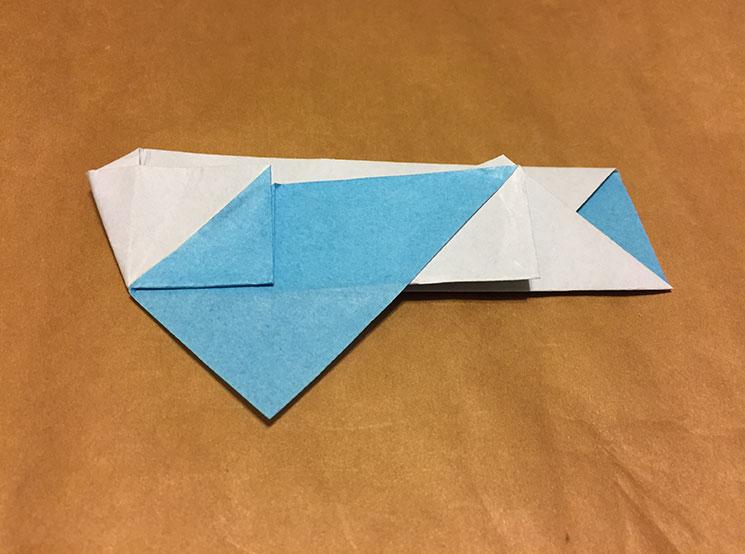 小さな三角形部分を広げた折り紙の写真