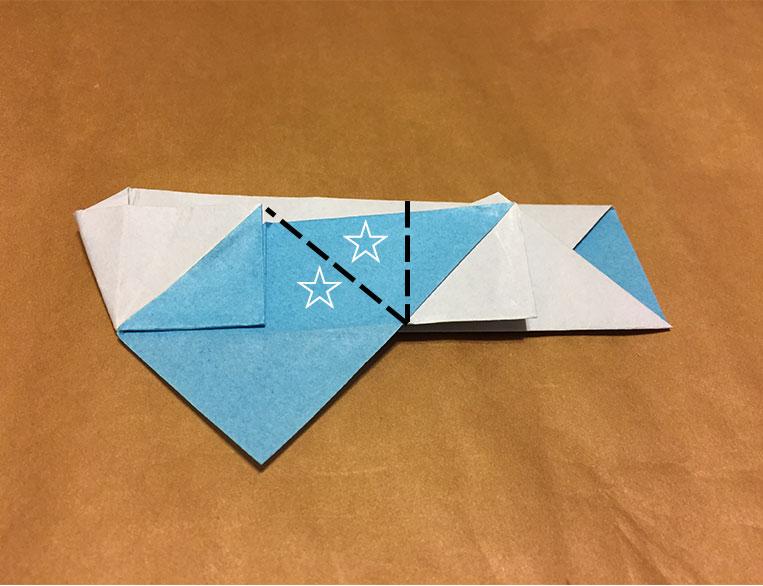 ☆や点線が描かれた折り紙の写真