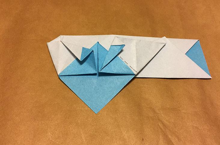 鍬形を折っている折り紙の写真