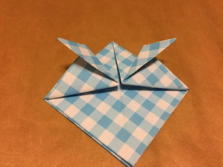 鍬形の形に折った折り紙の写真