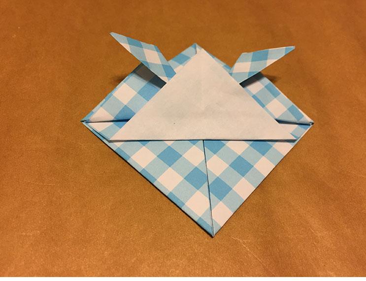 下の三角を少しずらして折り返した折り紙の写真