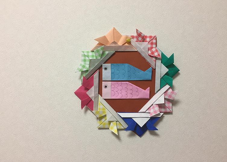 折り紙のこいのぼりが飾られたかぶとの額の写真