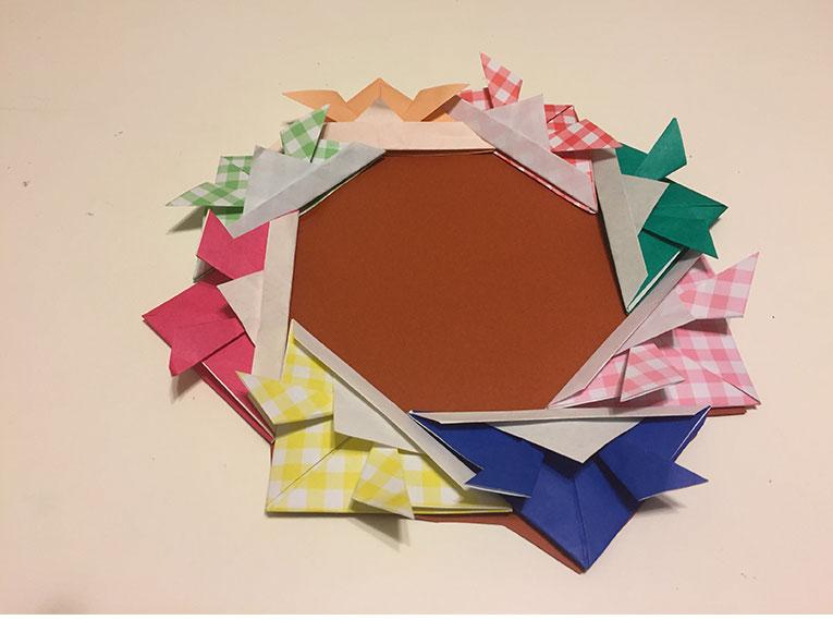 色画用紙にかぶとを貼り付けてはみ出した部分を切った額の写真