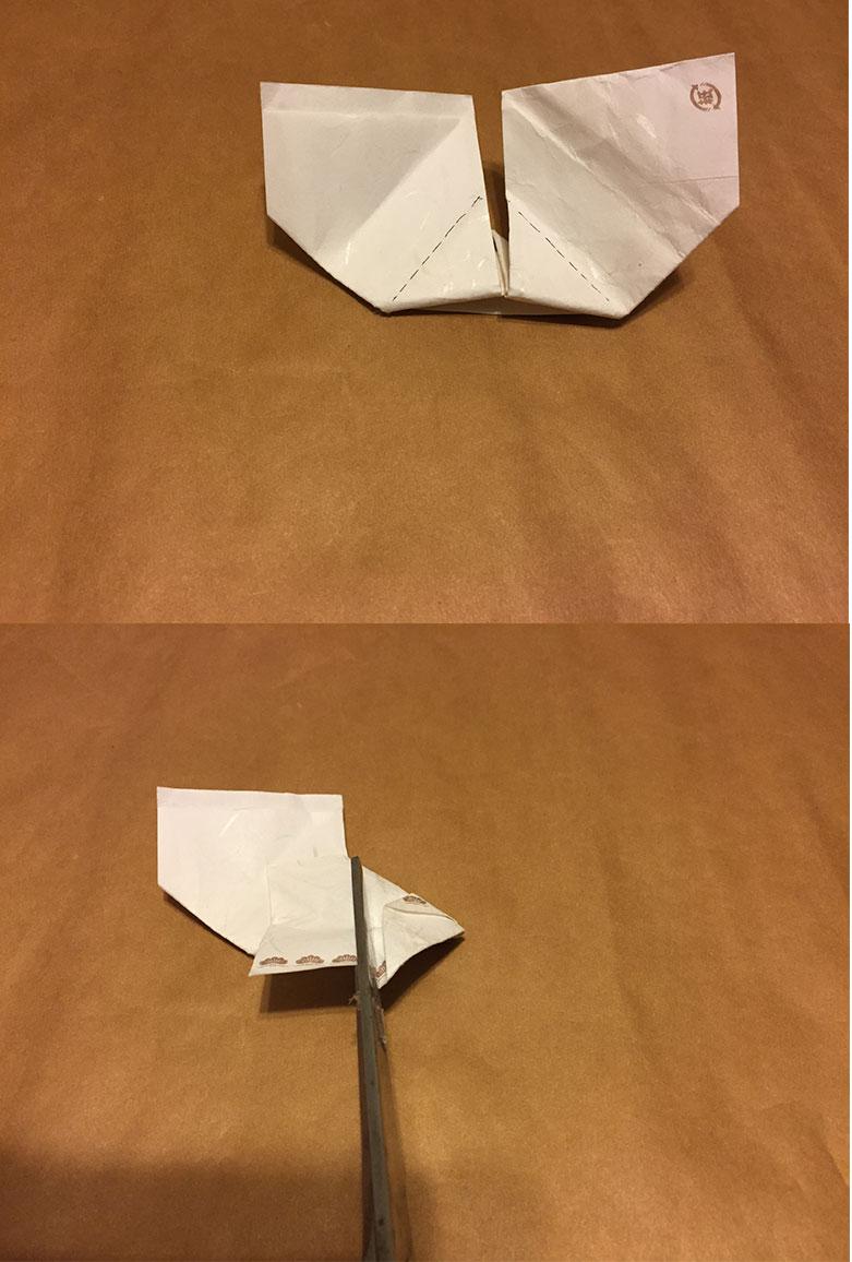 箸袋を点線で折ってはみ出た部分をハサミで切る様子の写真