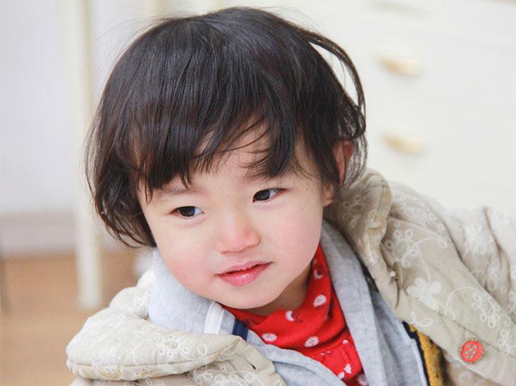 コートを着た2歳ぐらいの女の子