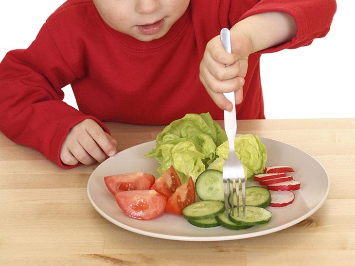 野菜を食べている子供の様子
