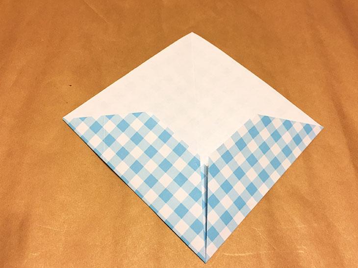 折り目で左右を折り上げた折り紙の写真