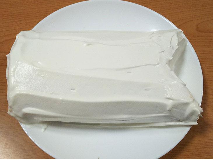 生クリームを塗ったロールケーキの写真