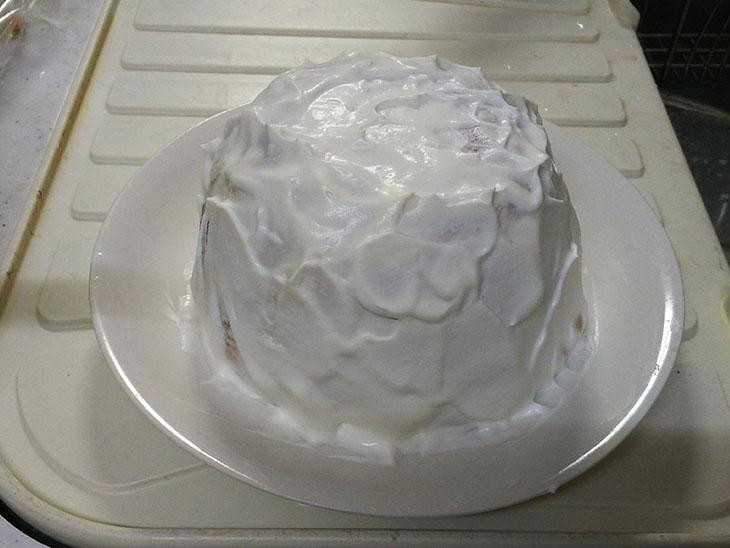 型からケーキを出して生クリームを塗った写真