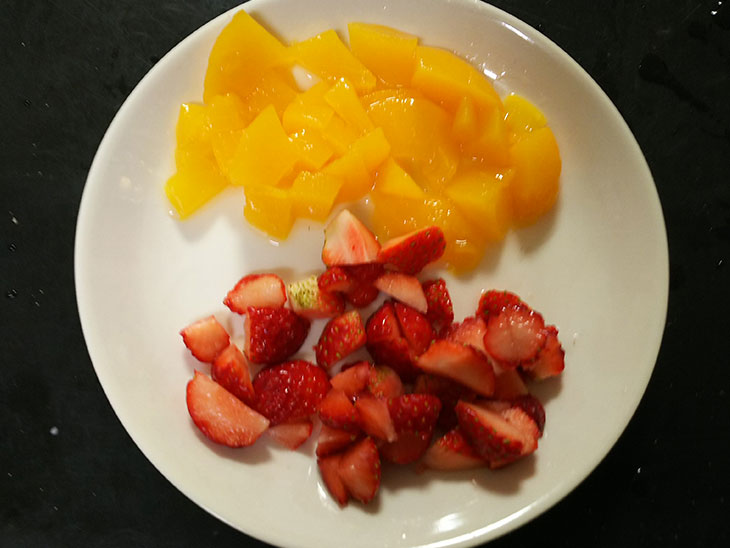 サイコロ状にカットしたいちごと桃の写真