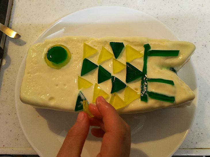 型から取り出したアイスケーキにゼリーでこいのぼりの目やウロコをつける様子