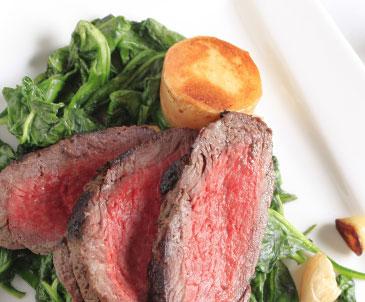 肉とほうれん草とじゃがいも料理の写真
