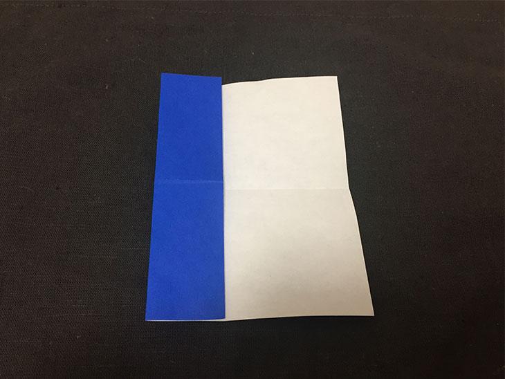 折り紙の左辺を中心に折った写真