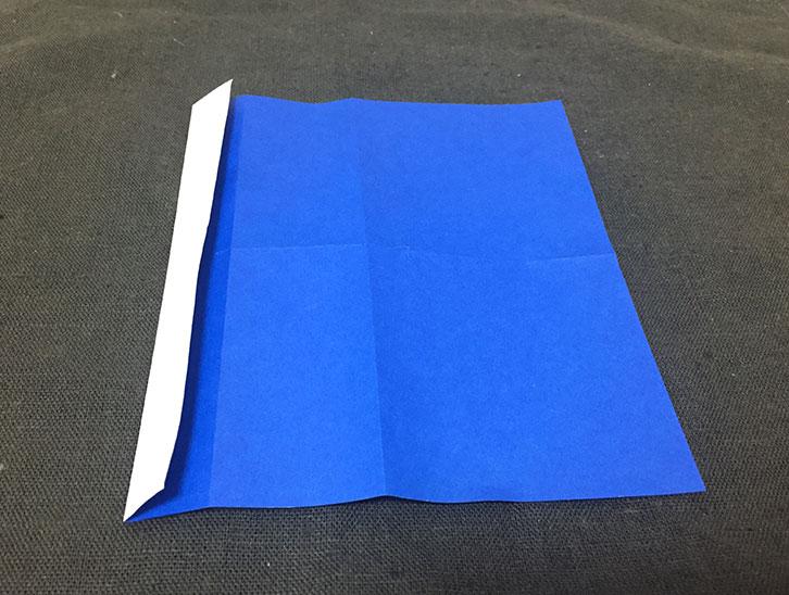 裏返して左辺を左の折り線に合わせて折った折り紙の写真