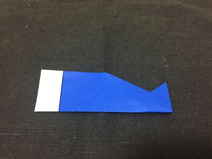 折りあがった青い折り紙のこいのぼりの写真