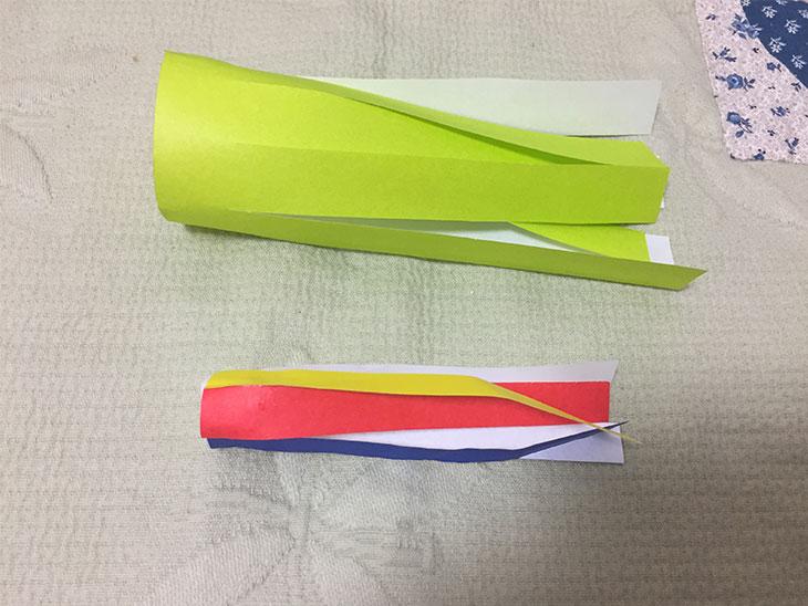 黄色と五色の折り紙の吹き流しの写真
