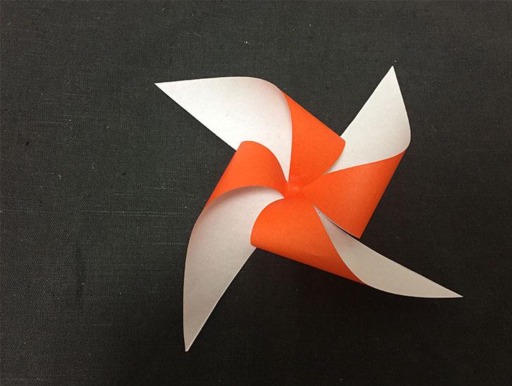 折り紙の風車の羽の重ね方を説明する写真
