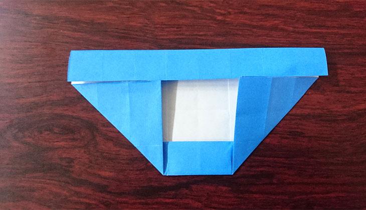 さらに左右の下の角を折り上げた折り紙の写真