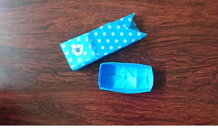 完成した折り紙のこいのぼりの菓子箱の外箱と内箱の写真