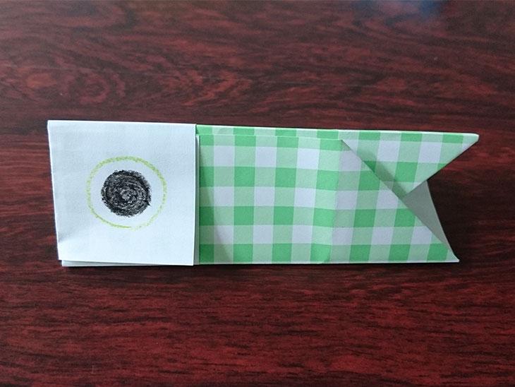 完成した折り紙のこいのぼりの箸置きの写真