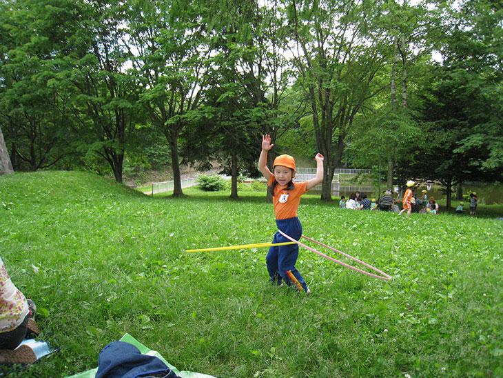 公園で遊んでいる子供