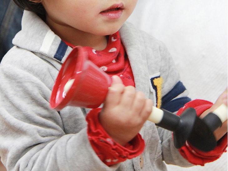 楽器で遊ぶ2歳児