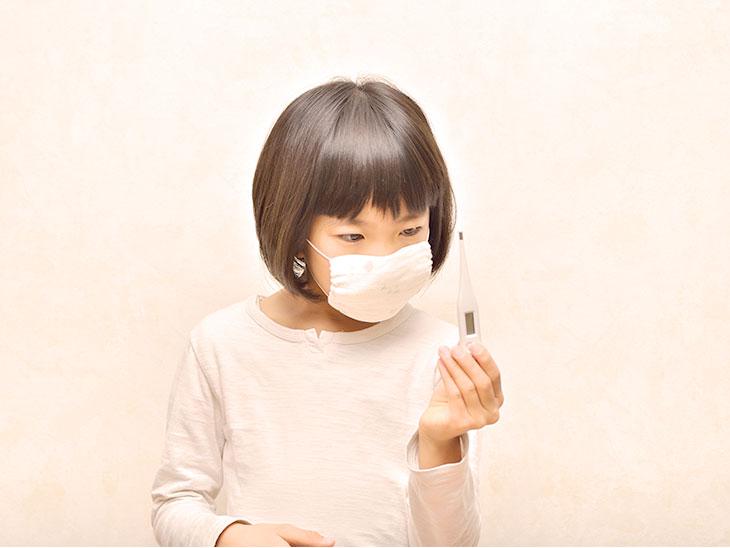体温計を見る女の子