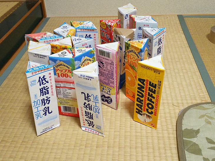 完成した牛乳パックの三角柱の写真