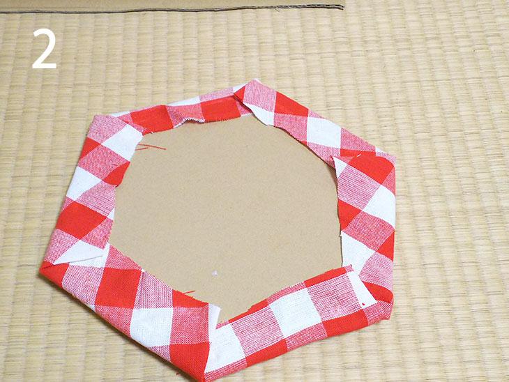 座面のダンボールに綿を挟んで布をボンドで貼り付ける