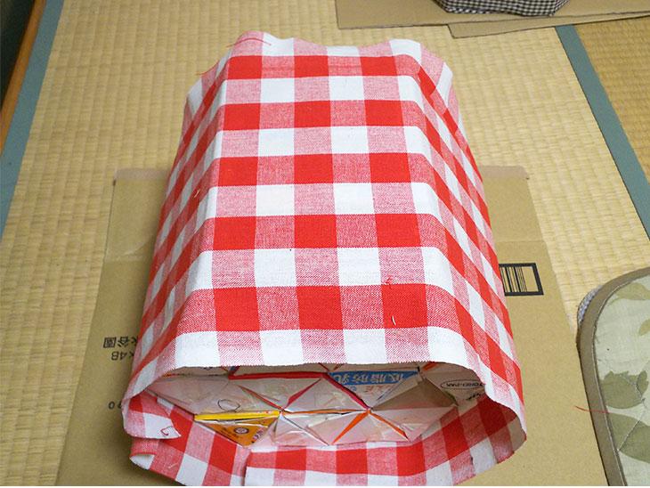 台座の側面に布を貼る様子