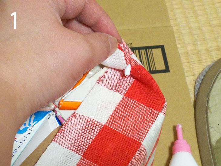 本体の布の折りたたみ部分をボンドで貼り付ける様子