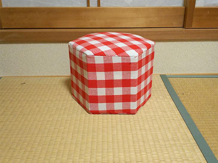 完成した簡単な六角形の牛乳パックで作った椅子の写真