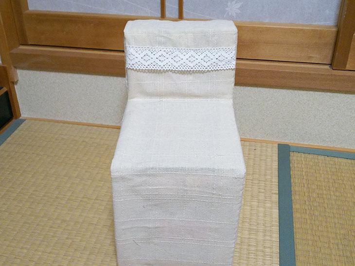完成した背もたれ付き牛乳パック椅子の写真