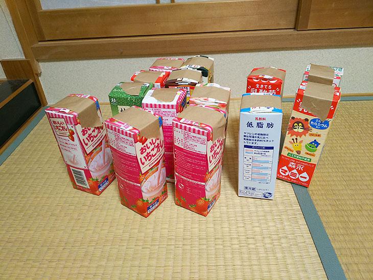 完成した牛乳パックの四角柱14個の写真
