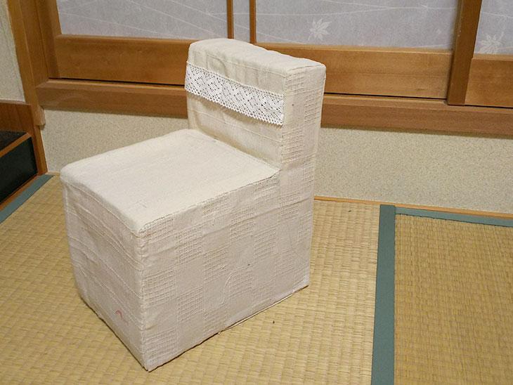 完成した背もたれ付きの牛乳パック椅子