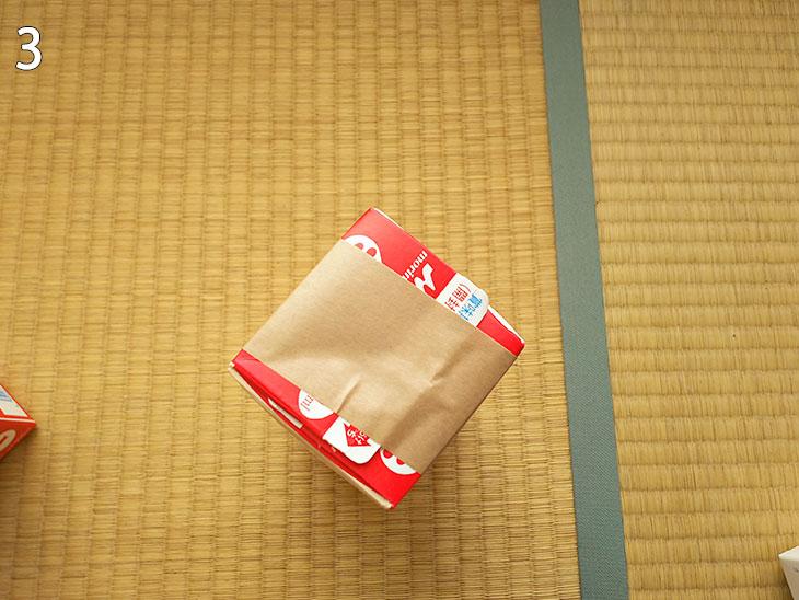 牛乳パック飲み口をガムテープで止めて完成した四角柱